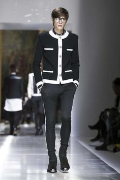 Balmain Menswear Spring Summer 2018 Collection in Paris Unisex Fashion, Mens Fashion, Christophe Decarnin, Live Fashion, Paris Fashion, Summer Fashion Trends, Fashion Ideas, Haute Couture Fashion, Spring Summer 2018