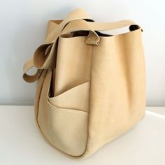 liking that slanting pocket - - - asymmetrical bag Leather Bags Handmade, Leather Craft, Leather Purses, Leather Handbags, Diy Sac, Best Bags, Mode Style, Beautiful Bags, My Bags