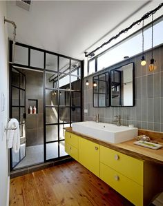 yellow vanity bathroom, armario bajo lavabo en amarillo