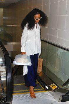 Solange-Knowles-was-airport-ready-with-cake-in-hand-while-at-LAX..jpg (600×900)