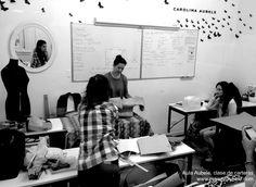 Aula Aubele , clase de Diseño y producción de carteras,  este aula es utilizada para cursos y capacitaciones que requieren trabajo de taller.