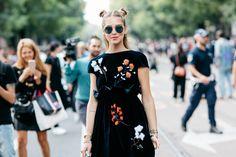 Street style à la Fashion Week printemps-été 2017 de Milan Chiara Ferragni chignons macarons