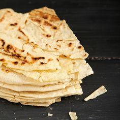 Somiglia al pane Carasau. Come il Carasau, è secco e croccante. Ma qui, semola di grano duro Senatore Cappelli e lievito madre ingaggiano a sorpresa una liaison à trois con le patate della Barbagia di Seulo. Il pane Pillu viene cotto nel forno a legna, come da tradizione. Nato per sfamare i pastori che durante … Continued