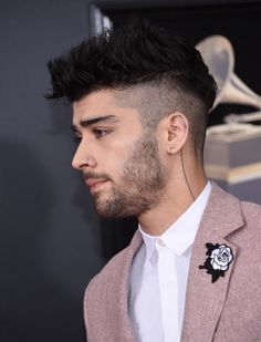 Zayn attends the Annual GRAMMY Awards at Madison Square Garden on January 2018 in New York City. Travel Hairstyles, Cool Hairstyles For Men, Celebrity Hairstyles, Haircuts For Men, Haircut Men, Men's Hairstyles, Zyan Malik Hairstyle, Zayn Mallik, Niall Horan