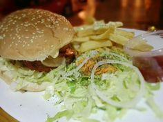 Hamburguesa L`atomium. Carne de res con doble queso, tocino, salsa tartare y dedo de queso. Papas belgas y ensalada incluidas. Calificación: 6.4