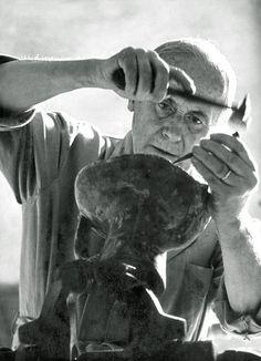 El escultor Joan Miró, su técnica es la talla en madera. Elegí este escultor por ser una persona  que ayudaba siempre a los demás y donó muchas de sus obras a fundaciones.
