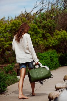 love the look and the green bag - Tumblr