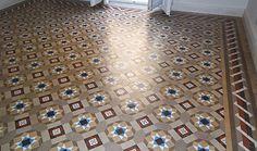 Ofrecemos a nuestros clientes un servicio integral para la restauración de sus pavimentos de mosaico, desde la reposición de piezas hasta el pulido y abrillantado de los mosaicos o, incluso, la instalación de estos en la estancia.