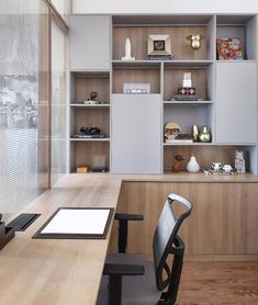 In addition to furniture, objects make all the difference in an environment. They can bring joy and relaxation to more serious spaces like… - - Cool Office Space, Home Office Setup, Guest Room Office, Home Office Design, House Design, Study Room Design, Home And Deco, Office Interiors, Living Room Interior