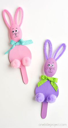 These wooden spoon bunnies are such a fun Easter craft idea! They're easy to put together and make fun little puppets for the kids to play with! It's so easy to make fun Easter characters using wooden spoons. You can even use the spoons to make Easter eggs — Who would have thought!?! Easter Crafts For Toddlers, Easter Projects, Bunny Crafts, Crafts For Kids To Make, Easter Crafts For Kids, Toddler Crafts, Plastic Egg Crafts For Kids, Yellow Crafts, Pink Crafts