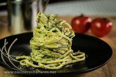 Al ver la imagen de esta receta de COCINEROS ITALIANOS parece que estamos ante un plato de espaguetis, pero no son 'auténticos', sino que se trata de calabacín cortado con un utensilio especial. Adereza luego con aguacate y con un pesto de albahaca y tendrás un plato espectacular.