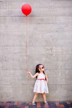 Red balloon family photos in San Diego | Acqua Photo | 100 Layer Cakelet #balloons #kids #family