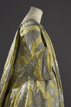 Robe volante en lampas jaune citron tramé de fils d'argent et de soie verte, vers Palais Galliera. Officially considered one of the only 4 left robes volantes in the world. 18th Century Dress, 18th Century Clothing, 18th Century Fashion, Historical Costume, Historical Clothing, Mode Rococo, Viktorianischer Steampunk, Luis Xiv, Vintage Outfits