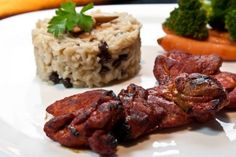 Η γλύκα του μελιού πλαισιώνει υπέροχα μπουτάκια κοτόπουλου με πάπρικα καπνιστή και συνοδεύονται από πιλάφι με σταφίδες και αμύγδαλα. Tandoori Chicken, Risotto, Recipies, Meat, Ethnic Recipes, Food, Clever, Greek, Google
