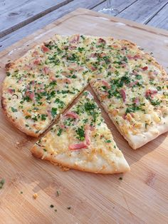 Zelfgemaakte Flammkuchen of Tarte Flambee naanflatbread Creme Fraiche, Pizza Vans, Pasta Recipes, Cooking Recipes, Good Food, Yummy Food, Food Dishes, Brunch, Favorite Recipes