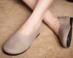 Zapatos de mujer hechos a mano, zapatos ocasionales, deslizar, zapatos planos para mujeres, zapatos suaves cómodas, zapatos Personal Zapatos más: https://www.etsy.com/shop/HerHis?ref=shopsection_shophome_leftnav ♥♥♥♥♥♥If no sabes que tamaño tiene que elegir, por favor me diga la longitud de sus pies, te recomiendo el tamaño que se cabe para los pies. ;-) Por favor nota que los pies deben estar firmemente en el piso cuando se miden la longitud y anchura del pie. Y n...