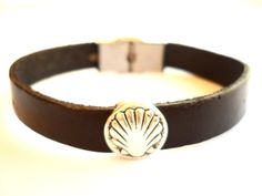 (http://www.spanishdoor.com/camino-de-santiago-st-james-way-pilgrim-scallop-shell-leather-bracelet/)