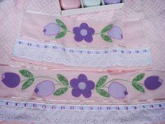 Jogo de toalhas composto por:  - 1 toalha de banho rosa  - 1 toalha de rosto rosa    - 98% algodão  - 2% viscose  - bordado à mão em patch apliquê com tecido de algodão  - acabamento com bordado inglês e fita de cetim    Medidas:  Toalha de banho: 67 x 140 cm  Toalha de rosto: 49 x 80 cm