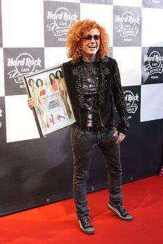 Lucy Diakovska schenkte dem Hard Rock Café ihre goldene Schallplatte