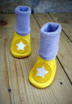 Gelbe Babytrage Booties mit grauen Stulpenbündchen