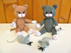 Völlig unbeschwert tollen die kleinen Katzenbabies mit den Mäuschen herum. Sind sie nicht einfach zum knuddeln? Hole dir jetzt die Anleitung zu diesen süßen Katzenkindern inklusive der Anleitung für die kleine Maus Größe: Bei angegebener Nadelstär