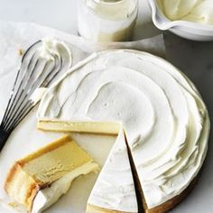 Classic lemon cheesecake by Donna Hay ou can't beat the classics when it comes to desserts, and this is one of my best. Zesty, creamy and light-as-air, this cake is completely heavenly. It's impossible to stop at one slice! Köstliche Desserts, Delicious Desserts, Dessert Recipes, Yummy Food, Pudding Recipes, Strawberry Desserts, Strawberry Cheesecake, Fudge Recipes, Lemon Cheesecake Recipes