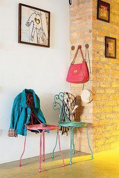 No hall de entrada, a cantora Patricia Talem dispôs cadeiras, da Coisas da Doris, para pen-durar casacos, além dos ganchos para bolsas
