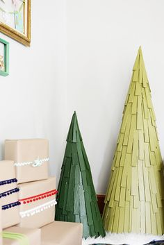 We love these cute wood shim Christmas trees created by Chelsea Mohrman of Farm Fresh Therapy. She shows how she made them, along with other fun, funky DIY Christmas decorations on The Home Depot Blog. || @helseamohrman