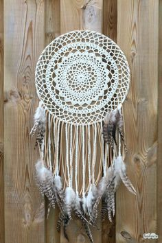 A free crochet pattern of a bohemian dreamcather. Do you also want to crochet this bohemian dreamcatcher? Read more about the pattern Crochet Dreamcatcher Pattern Free, Crochet Mandala Pattern, Macrame Patterns, Bohemian Crochet Patterns, Crotchet Patterns Free, Bohemian Pattern, Crochet Doilies, Crochet Home, Crochet Crafts