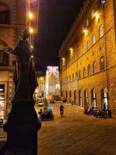 A elegante Via Tornabuoni, a rua das lojas de luxo de Florença