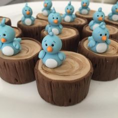 "Passarinho passarinho <span class=""emoji emoji1f60d""></span> Eu me apaixono por cada doce rsrsrs Pão de mel recheado com doce de leite ... Fondant Toppers, Fondant Cakes, Easter Cupcakes, Yummy Cupcakes, Cupcake Cookies, Chocolate Covered Oreos, Chocolate Treats, Mini Tortillas, Woodland Cake"