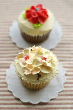 限定桜のカップケーキと、チョコ味カップケーキ