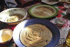 ツルツルしたうどんのような中細の白い麺の上に、肉と野菜たっぷりのアツアツ煮込みスープがかかっている。  この料理は「ラグマン」と呼ばれている。  新疆ウイグル、ウズベキスタン、タジキスタン、カザフスタン、キルギス、トルクメニスタン。中央アジアのシルクロードエリア一帯のどこに行っても共通に見られるメニューだ。地方によってレシピのバリエーションは様々だが、どのラグマンにも共通する要素は2つ。