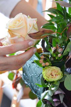 Photobooth in Blush und Burgundy selber machen – Elegante Hochzeit Teil 3   Blumigo Diy Wedding Garland, Floral Wedding Decorations, Flower Decorations, Wedding Centerpieces, Picture Frame Arrangements, Floral Arrangements, Diy Flowers, Wedding Flowers, Flower Archway