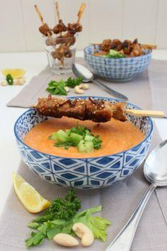 Cashew-Tomaten-Suppe mit marinierten Hähnchenspießen