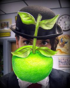 DIY apple hat for Rene Magritte costume Art Costume, Costume Makeup, Costume Ideas, Creepy Costumes, Cute Costumes, Best Costume Ever, Apple Costume, Cassie Stephens, Rene Magritte