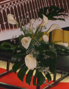 Centro hecho por Calas blancas, Paniculata, y hojas de Mosteras.