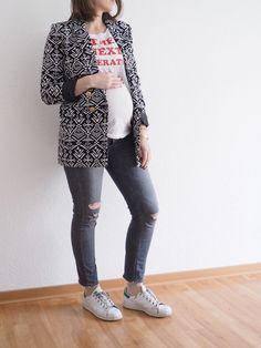 Schwangerschafts-Outfit-Motto-Shirt-Blazer-Stan-Smith