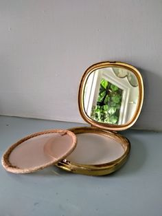 Vintage powder compact, 1950's powder compact, 50s make up, mirrored powder compact, Retro powder compact, Beautiful Flower Designs, Beautiful Flowers, Mirror Powder, Vintage Pearls, Loose Powder, Pearl Studs, Vintage Handbags, 1950s Fashion, Bridal Accessories