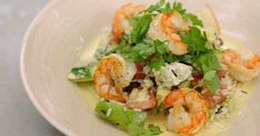 Scampi, rijst en currypoeder gaan zeer goed samen. Jeroen maakt er een zomerse salade mee, ideaal om er nu meteen of tijdens de komende vakantie van te genieten. De geitenkaas is misschien de vreemde eend in de bijt maar zo'n brokjes witte pittige kaas geven het gerecht meer karakter.Kies voor een klassieke stevige verse geitenkaas, maar ook een meer specifieke soort komt in aanmerking. Zo koos ik voor de Sainte-Maure Moreau Fermier (in as gerold en verder gerijpt). Je lokale kaasboer zal…