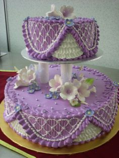 Purple frosted cake -  this is really different.  Don't know what kind of technique was used with the purple, but it looks like straight piped lines, then over-piped with the white.  Cute!