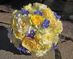 Buquê de noiva com rosas amarelas e delphinium azul