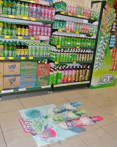 Vinilos adhesivos suelen fijarse en paredes, estanterías y suelos. Llaman la atención del consumidor a la vez que muestran el producto.