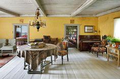 Salissa on tallella alkuperäiset rapatut saviseinät. Pöytä ja sohva ovat Tapiolan hankkimat, venäläinen kalusto ja kattokruunu ovat perintöjä ja vanhoilla paikoillaan.