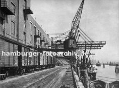 0954055 mehrere Güterwaggons stehen am Altonaer Hafenkai vor den Lagergebäuden. Die Portalkrane löschen die Ladung von den Schiffen, die am Kai liegen. Im Vordergrund verlaufen die Schienen der Hafenbahn.