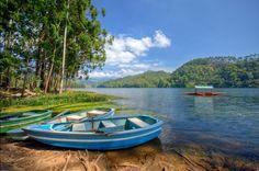 The shore of Kundala Lake, a short distance from Munnar. Photo by Souvik Bhattacharya, flickr
