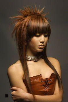 asiático, mujer, con un corte de pelo largo y color de pelo marrón y rojo