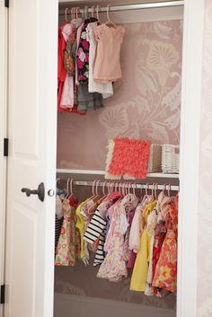 Non è necessario avere un grande spazio per ricavare una cabina armadio. Cartongesso, una porta e fantasia.