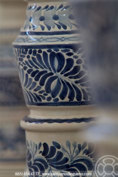 La cerámica y la alfarería en México surge desde miles de años antes del periodo precolombino. Las técnicas y los diseños europeos se fueron introduciendo y mezclándose con las tradiciones nativas. Las tradiciones indígenas sobreviven en unos pocos artículos de cerámica como los comales. La cerámica se produce a partir de elementos básicos como platos, utensilios de cocina a nuevos objetos, tales como esculturas y de arte popular mexicano.