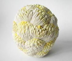 Las orgánicas piezas de porcelana hechas por Hitomi Hosono.              — HITOMI HOSONO    víadesignboom